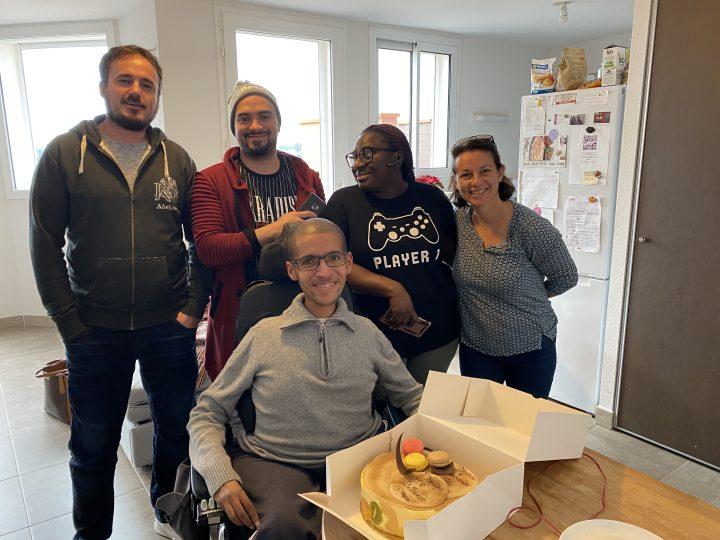 A Vitalliance Montpellier, anniversaire surprise pour un client entouré des auxiliaires de vie